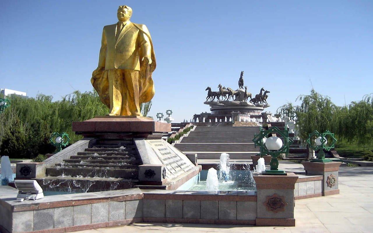 Golden_Statue_of_Saparmurat_Niyazov_(5730563311)