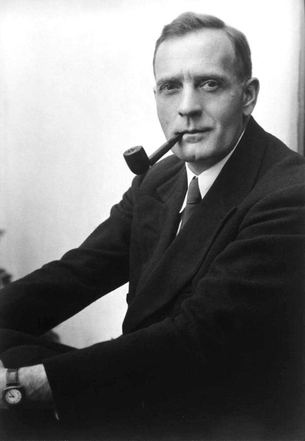Studio_portrait_photograph_of_Edwin_Powell_Hubble